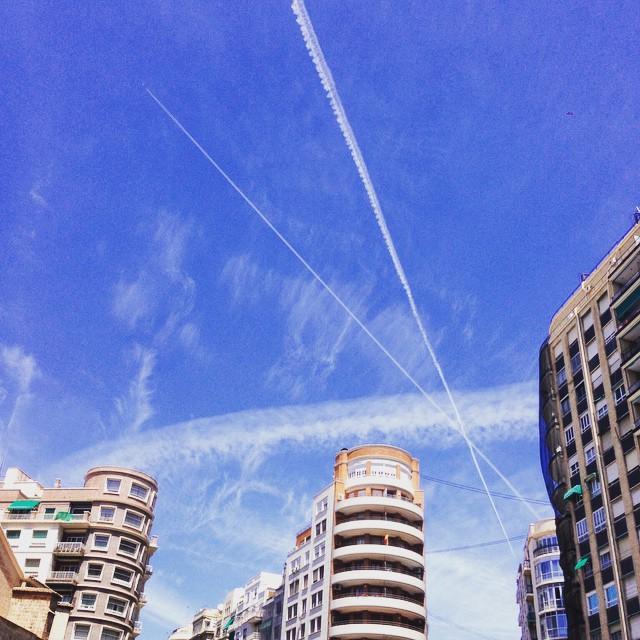 """El cielo también nos regala sus """"joyas"""" desde la Plaza de San Agustín, Valencia. ¡Todo un cruce de destinos aéreos! @joyeriabiendicho @vlcshopping @valenciagram @ontdekvalencia @igersvalencia #estamosenelcentro #elcentroNOERAcaro #joyas #cielo #lovevalencia #valencia #valenciaenamora #heaven #tagsforlikes"""
