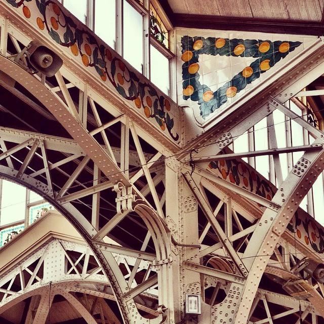 @Regrann from @lisathir -  Detalles del #Estilo modernista del #mercadocentralvalencia combinando la  #ceramica  tradicional. #valenciagram #Regrann #valenciaenamora #valenciaspain #envalencia #valenciaenamora #valenciacity #decoración #baldosas #ilovetiles #lovevalencia #instafood #instagramers #valenciaymas #valenciamegusta #naranjas #naranjasdevalencia #arquitectura  #azujeleando