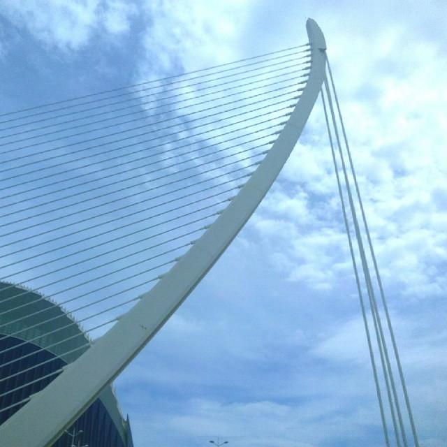 Hoy, en Valencia, temperaturas altas y poniente de miedo.  No me gusta el poniente.  #Valencia #igersValencia #comunitatvalenciana #comunidadvalenciana #lassutdelor #puente #caacc #ciudaddelasartesylasciencias #loveValencia #cielo #sky #azul