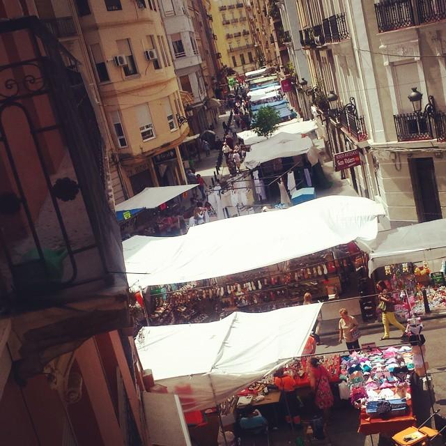 Encantos Ruzafe?os... Atentos amigos, ¡¡braguitas a 1€!!...jejeje... ¡¡Me rechifla este barrio!! #Ruzafamola #mercaditodeloslunes #oportunidadenbraguitas #merechifla #sonrisa #momentazo #despertarteconunasonrisa #lovevalencia #encanto #barrio #megusta #uneuro #perlamordedeu