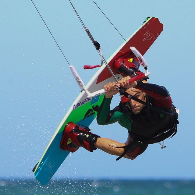 Sergio en acción.  Foto: @fotistica  #kitepower #liveTheSea #kitevalencia #kite #fonekites #kitesurf #kitesurfing #kiteboarding #kiteschool #valencia #lovevalencia #mediterraneo #sea #playa #verano #modoverano #elperello #mareny