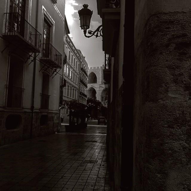 Giras una esquina y ... ahí siguen 700 años después, al pie del cañón!! #valencia #valenciaescultura #valenciaterraimar #valenciagram #valenciaenamora #igersvalencia #igersspain #igersespaña #españa #estoesvalencia #lovevalencia #elcarmen #centrohistorico #city #center #torresdeserranos #torres #towers #cultura #patrimonio #turismo #projectapatrimonio #spain #serrania #losserranos