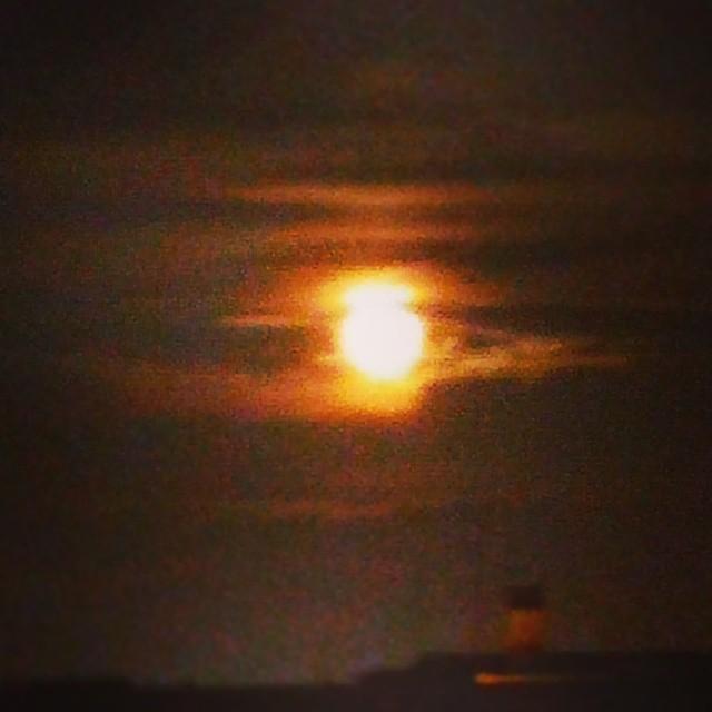 Asomarme a mi ventana y encontrarme con esta luna, quita cualquier otro pensamiento que pueda tener... #miluna #lunadevalencia #lovevalencia #valenciaenamora #valenciagram #luna #impresionante #mymoon #moon #moonlight #amazing