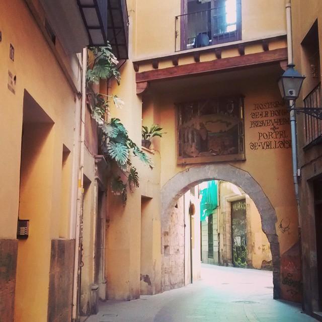 Portal de la Valldigna #igers #igersvalencia #igersacademia #somosinstagramers #valencia #valenciaenamora #lovevalencia #architecture #arch #balcony