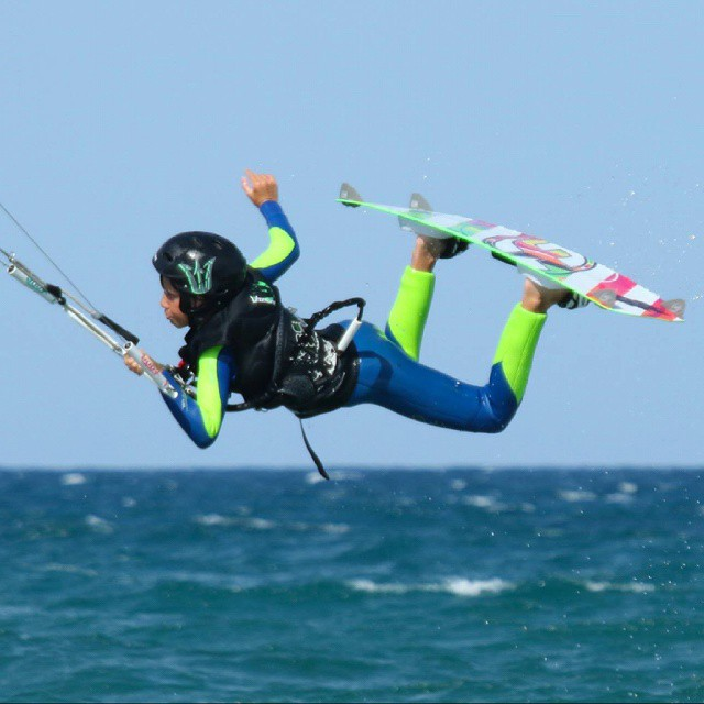 Nuestro Adri dándolo todo  #kitepower #liveTheSea #kitekids #kiteboarding #kite #kitesurfing #kitesurf #fonekites #kitevalencia #kiteschool #valencia #lovevalencia #quenosbusquenenlaplaya #kids #verano #playa