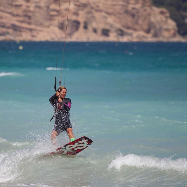 Afri, del team @bestkiteboardingvlc, entrenando a tope  Foto de @fotistica  #kitepower #liveTheSea #kitevalencia #kitegirl #bestkiteboarding #kite #kitesurf #kitesurfing #kiteboarding #lovevalencia #valencia #quenosbusquenenlaplaya #training #entrenamiento #playa