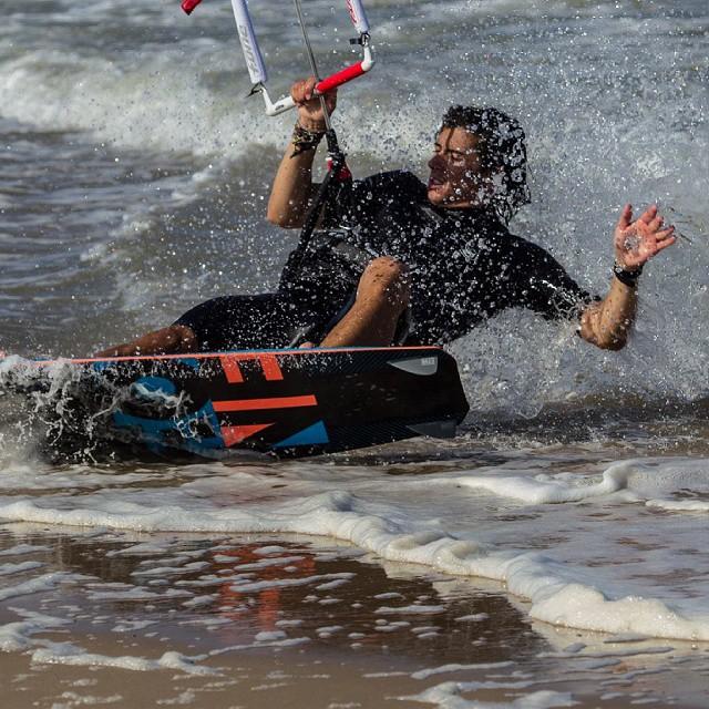 Nuestro David en una foto de @fotistica  #kitepower #liveTheSea #kitevalencia #kite #kiteboarding #kitesurfing #kitesurf #valencia #kiteschool #lovevalencia #mareny #elperello #sueca #action #fonekites