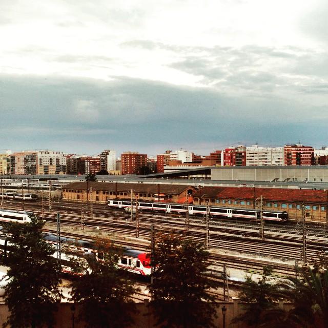 Trenes que hipnotizan al pasar..#hipnotics #ruzafa #valenciagram #valencia #lovevalencia #igersvalencia #loveruzafa #train #trainstagram #trens #sky_captures #sky #clouds #ennuvolat #lanscape #ciutat #vistas #2015 #relax