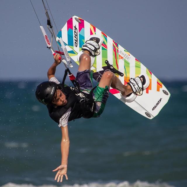 Menudo nivelazo está pillando Adri.  Foto: @fotistica  #kitekids #kitepower #liveTheSea #fonekites #kite #kitesurfing #kiteboarding #kitesurf #kiteschool #kitevalencia #surfshopvalencia #valencia #lovevalencia #verano #modoverano #playa #action