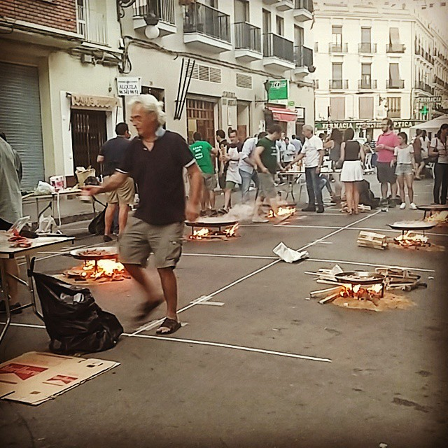 So awesome to see that people just close the street to make paella :) only3daysLeft in this amazing city #lovevalencia #gonnamissit #foodpassion #topshit #paella #rajž #barriochino #