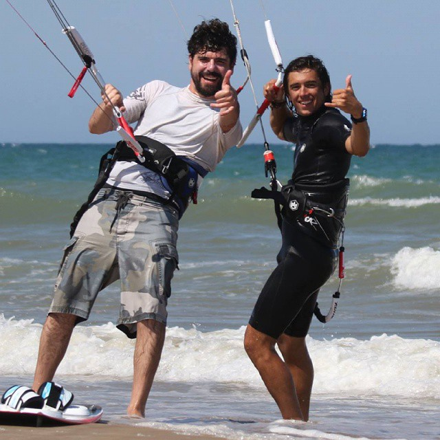 Toda pasión tiene un comienzo. La de David empezó gracias a Rafa, su tio, que desde los inicios del kite en Valencia se ha implicado en el reconocimiento y regulación de este deporte.  Foto de Charlie. #kitepower #liveTheSea #kitevalencia #verano2015 #kite #kitesurfing #kitesurf #kiteboarding #escolakitepower #familia #lovevalencia #valencia #mareny #sueca #fonekites #modoverano