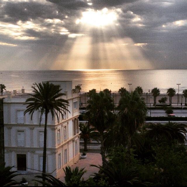 Casa de Blasco Ibañez il.luminada pel sol que neix de la platja #malvarrosa #platja #playa #beach #amanecer #patacona #valencia #sol #summer #lovevalencia #igersvalencia #loves_valencia #valenciagram #picoftheday #bestoftheday