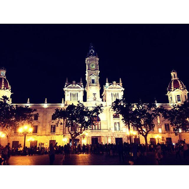 VLC. #Valencia #ayuntamiento #noche #espana #spain #lights #ultimodia #holidays #summer #2015 #bff #lovevalencia #vlc #comunitatvalenciana #verano #agosto #pic #saturday #recuerdos