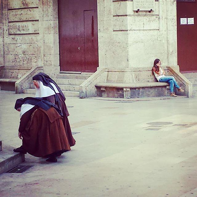 #valencia #streetphotography #valenciagram #streetlife #streetlife_award #generazioniaconfronto #generazioni #confronto #suore #streetlifestyle #instagood #picoftheday #loves_valencia #streetphotographers #street_photo_club #estaes_valencia #street #lovevalencia #iphonepicture #españa #streetphoto #photographer #spain #style #fashion #women #generation #moment #moments #momentos