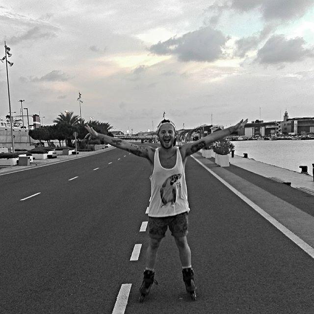 Tarde perfecta y de desconexión !!!! #lovevalencia#puerto#patines#relax#lovevlc#vlc#lokuras#beyonsue#likes#patines#boys#tatto#gay#instagay#run##felicidad#feliz#vacaciones #sports#sobreruedas#patinaje #patinando