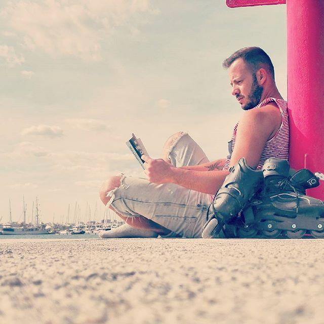 No se puede estar más agusto..... Relax después del trabajo #lovevalencia#puerto#patines#leeramansaalabestia#patinar#relax#sol#puertovalencia#valencia#welcomeotoño#calor#miercoles#lectura#diasinagobios#mar#lokuras#gay#instagay#boy#feliz#puertovlc#marinareal#veleros#esttamostanagustitooooo