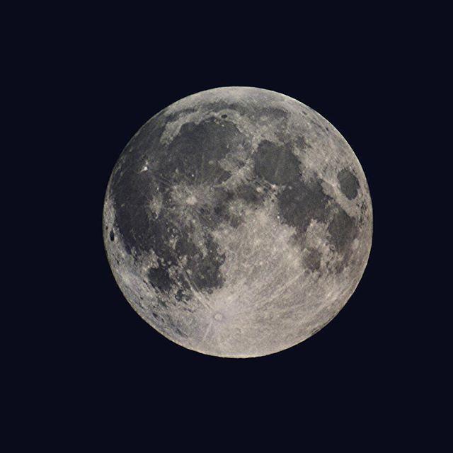Supermoon  #supermoon #moon #fullmoon #loveit #love #lovevalencia #loves_valencia #loves_spain #valencia #valenciamola #spain #instantes_fotograficos #luna #superluna #autumn #nikon #nikond7100 #d7100 #nightshot