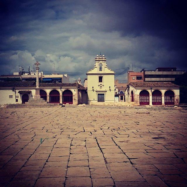 La que está a punto de caer.... ? #patiodelossilos #lovevalencia #loves_valencia #loves_spain #igersvalencia #movilphoto #visitvalencia #Burjassot