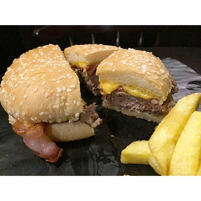 Y para los amantes de las burgers, la FINNEGAN'S BURGER, 100% carne de ternera, con la RECETA DEL FUNDADOR, lechuga, tomate, bacon y queso cheddar irlandés, patatas fritas caseras y ensalada de col.  #finnegansburger #Finnegans #restaurante #Valencia #lovevalencia #unaagendaconestilo #salirporValencia #burger #meat #bacon #coleslaw #cheddar