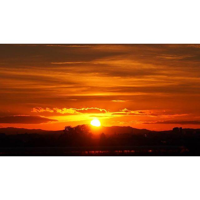 Jogging and enjoy the sunset. Salir a correr y disfrutar del atardecer. Beach. Meliana. Happiness. No filter . . . #bestoftheday #valencia #olympusomd #sun #sunset #ig_valencia #igersvalencia #valenciagram #beachtime #spain #vscoday #vscocam #vscogood #valenfornia #sunrise_sunsets_aroundworld #happy #happiness #running #journalist #bloggers #photograpy #photographer #lovevalencia #valenciaenamora #nofilter #sinfiltro #sunsetbeach #beach #photooftheday #picoftheday