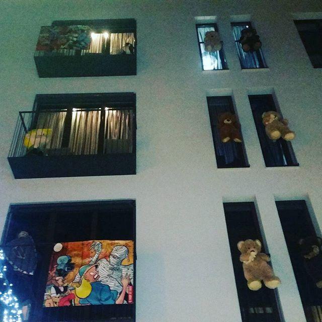 Estas fachadas con encanto que tiene #valenciagram?? . Paseo nocturno el primer día del año por @mercadodetapineria . #amoesaplaza #lovevalencia #asiempezamosbien #adorocallejear .