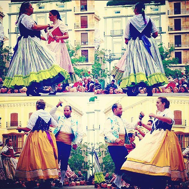 ???? ? • Tradición en plaza •  #españa #costumbres #tradición #culture #culturegram #wildernessculture #colors #colorfulworld #traditional #dresses #vlc  #visitspain  #ciudadvella #traveldiaries #wanderlusting  #picoftheday #likers#likesreturned#likeforlike#like4like#likes #traveling #travelgram #tripgram #instatravel #instapassport #loves_valencia #lovevalencia