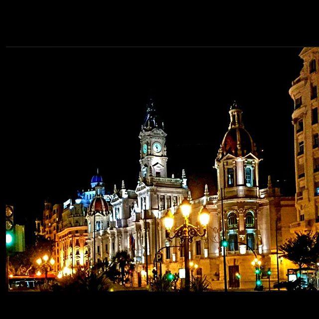 ?? • City night lights • #vlc #visitspain #espana #colourful #cityscape #wanderlusting #viewpoint #instalike#likers#likesreturned#likeforlike#like4like #travelgram #tripgram #instatravel #instapassport #loves_valencia #lovevalencia #instavsco#igers#ig #urbanart #urbanlife #archilovers #architectureloverspics #bulding