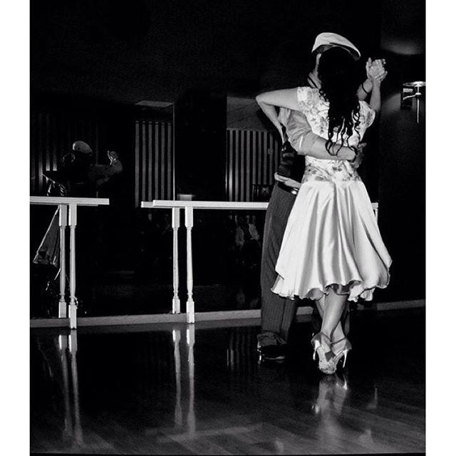 #baile#dance#minimal #minimalistag #valenyorker #lovevalencia #match_valencia #igerscomunitat #igerscomunitat #blacknwhite_perfection #blackandwhitechallenge #blackandwhite #blancoynegro #fotoclub_bnw #fotodeldia #tango #dance #reflejos #reflection