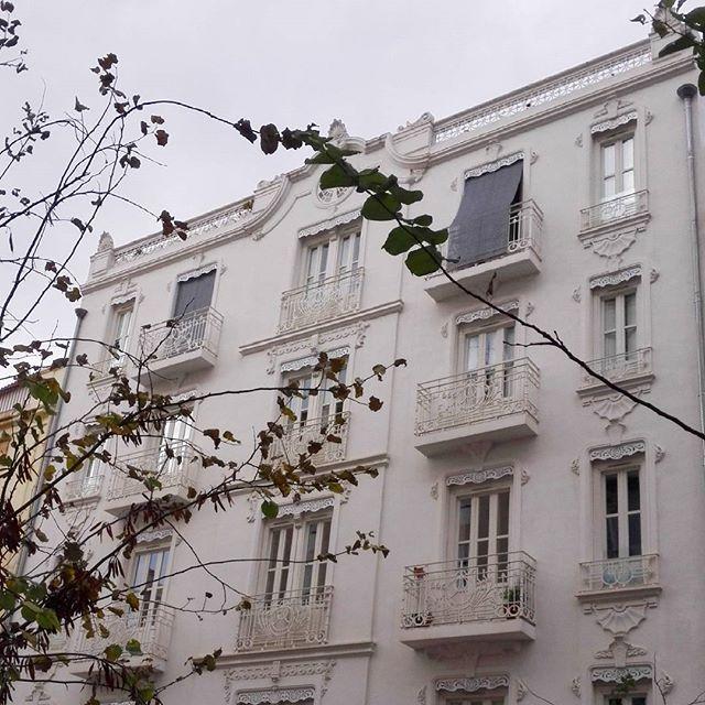 Edificios bonitos en #Valencia, innumerables, pero éste, que parece de encaje, me tiene fascinada.  #ruzafa #ruzafagram #igersvalencia #igersruzafa #russafa #valenciabonita #lovevalencia #casasbonitas #edificios #crochet #lace