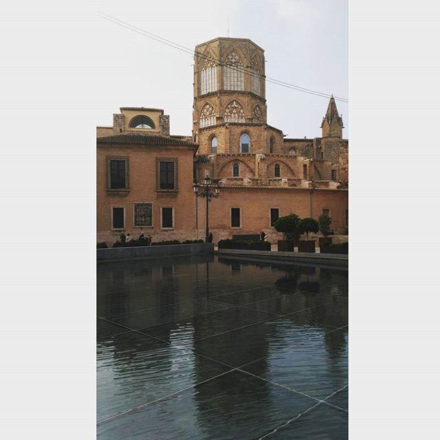Perderse para encontrarte o para que no te encuentren.  #lovevalencia #valencia #igersvalencia #spain #love #agua #boira #historia #plaça ?