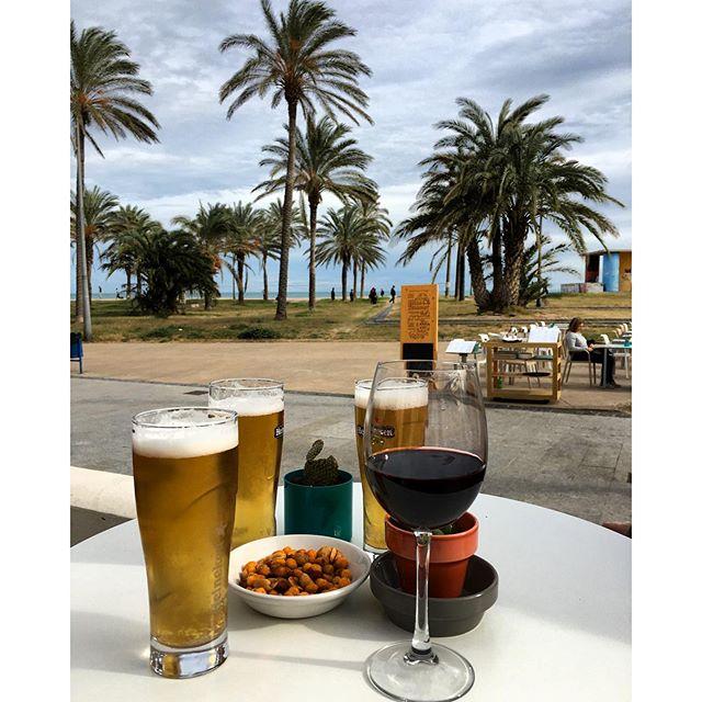 Vinos y cervezas felices frente al mar. Viva el invierno #sinfiltro #lovevalencia #nofilter #felicidad2016 #VSCOCam #wine #beach #beer #friends