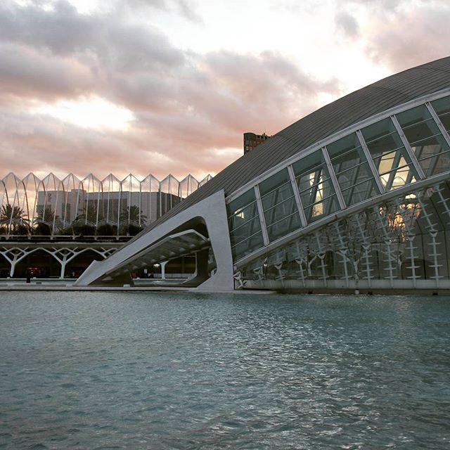 Hemisférico - Ciudad artes y ciencias, Valencia.  #sunset #hemisferico #hemisphere #ciudadartesyciencias #artes #ciancias #cityofartsandsciences #arquitectura #architecture #valencia #spain #espanha #espanya  #lovevalencia #instavalencia #igersvalencia #shotsofspain