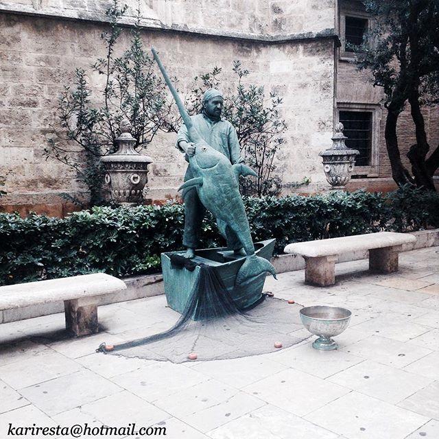 Figuras humanas...#vsco #vscocam #valencia #plazadelavirgen #lovevalencia #catedraldevalencia #comunidadvalenciana #catedraldevalencia2doiglesia #catedral #spain #artecallejero #detallesqueenamoran