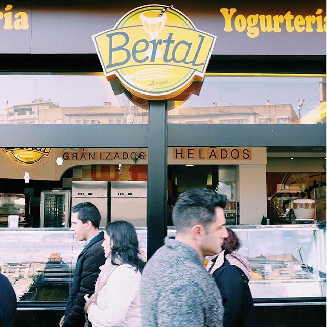 Todo el día de un lado para el otro, siempre con prisas, con el estrés a cuestas... ¡¡STOP!! Es momento de darte un descanso y vivir uno de esos #MomentosBertal que tanto relajan. ¿Quién puede decirle que no a merendar con vistas al Miguelete? #MomentosBertal #Bertal #Valencia #merienda #breakfast #lunch #dinner #foodie #bakery #coffee #coffeelover #instafood #foodporn #micalet #igersvalencia #valenciagram #foodstagram #tasty #delicious #yummy #cakes #lovevalencia #zumos
