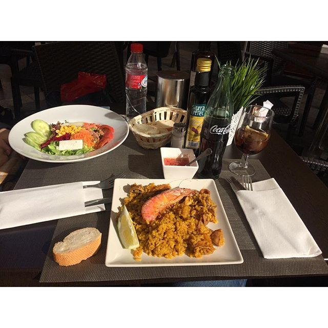 Valencia es vida #lovevalencia #comidasespeciales #paella #ensalada #lavidaesbella #alsolet #lovethismoment #pequeñasgrandescosas ??