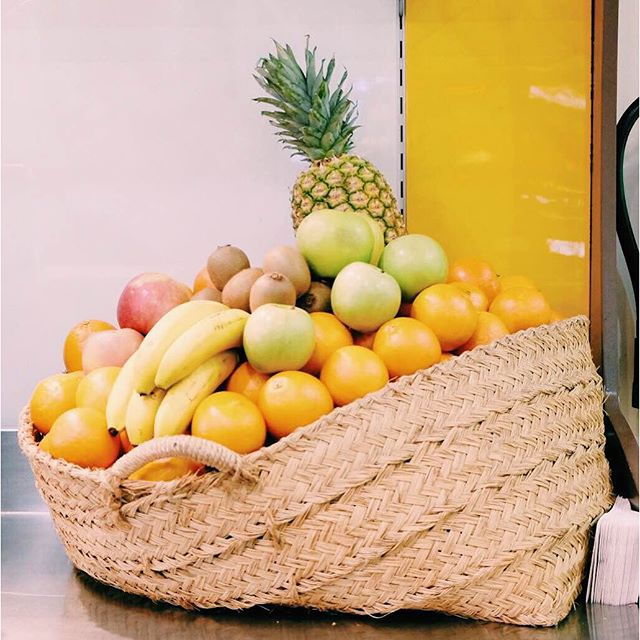 ¡Se nos caen las vitaminas de la cesta! ¿Qué combinación vas a elegir hoy para tu zumo natural? #Valencia #Bertal #zumonatural #zumo #merienda #healthy #detox #naturaljuice #delicious #tasty #yummy #orange #banana #pineapple #foodie #instafood #foodlover #lovevalencia #valenciagram