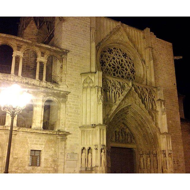 VLC, vos sos re linda! #valencia #lovevalencia #catedral #plazadereina #linda #beautiful #iwillmissyou #teextranare #nightlights