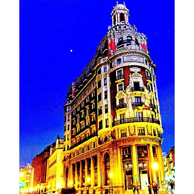 #vlc #visitspain #travelgram #tripgram #instatravel #instapassport #loves_valencia #lovevalencia #instavsco#igers#ig #urbanart #urbanlife #archilovers #architectureloverspics #bulding #night #nightout #nightlife #banco #building #architecture #fashion #love #colorfulworld #colourfulmind #tagstagram #spaingram #city #citylife