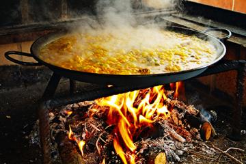 Paella fatta con fuoco a legna