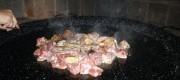 soffriggere la carne per la paella