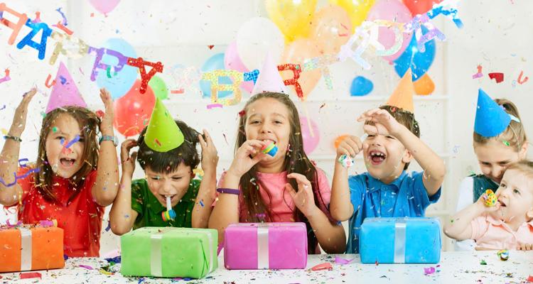 e2722357e9 Y para que los peques de la casa recuerden ese día tan especial puedes  personalizar la fiesta con una candy bar (mesa dulce)