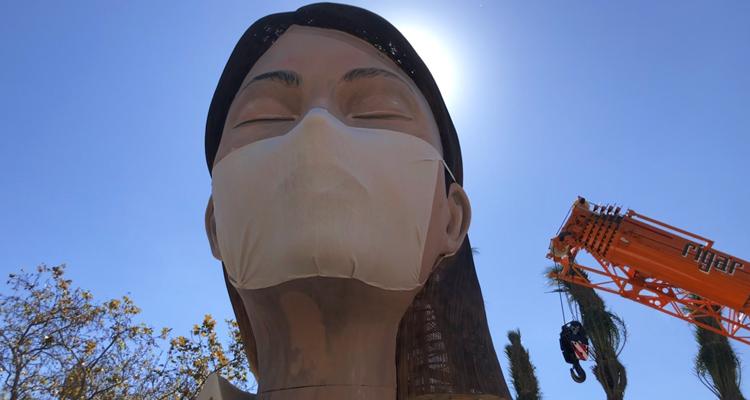 colocan una mascarilla anticoronavirus a la falla municipal